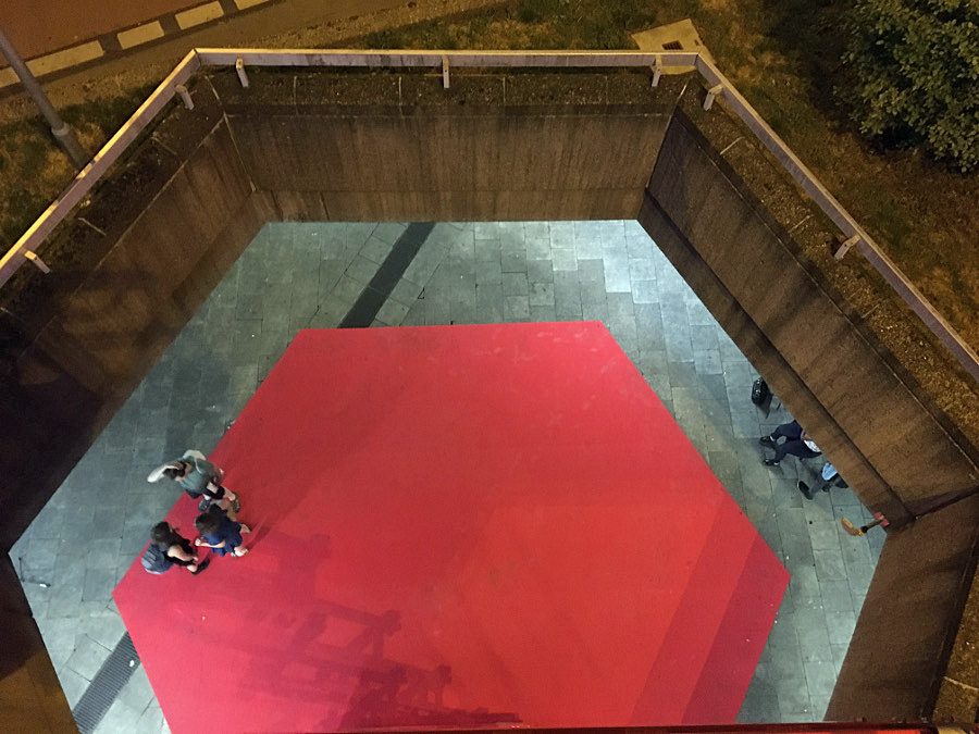 Roter Teppich für den Ebertplatz: Der BDA Köln hat seinen Jahresempfang am 6. Juni der Rettung Platzanlage gewidmet. Auf einer Hebebühne sollten Besuchende die Perspektive auf die Architektur wechseln (Bild: Barbara Schlei)