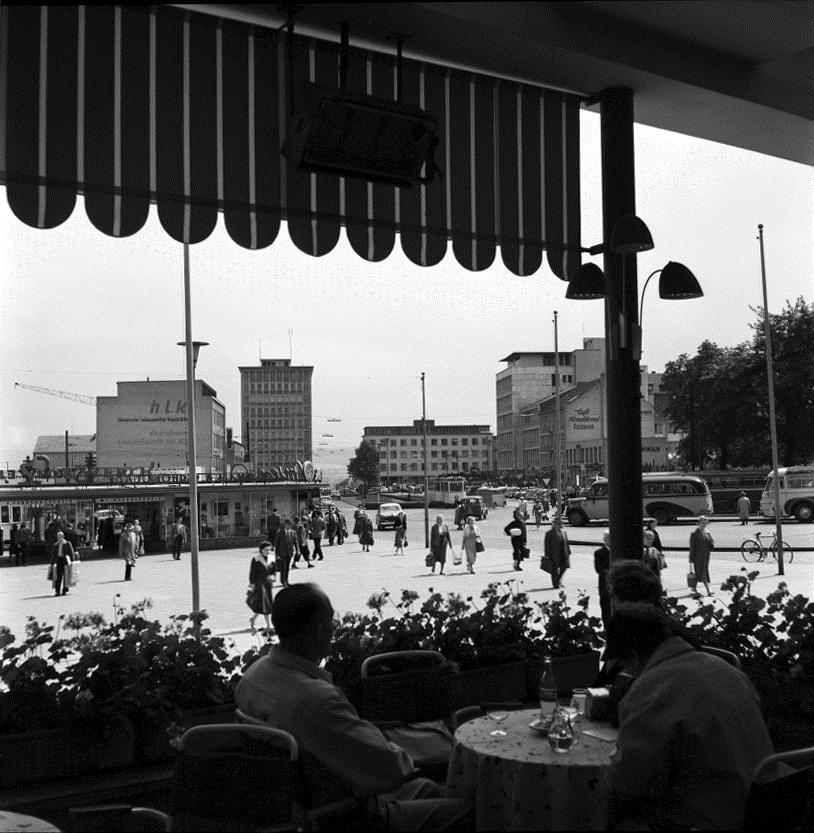 Kassel, Treppenstraße: Blick vom Bahnhofsvorplatz auf die Kurfürstenstraße (noch ohne Tunneleinschnitt), das Hochhaus am Ständeplatz und die Einmündung der Treppenstraße (Bild: Günther Becker, 1950er Jahre)