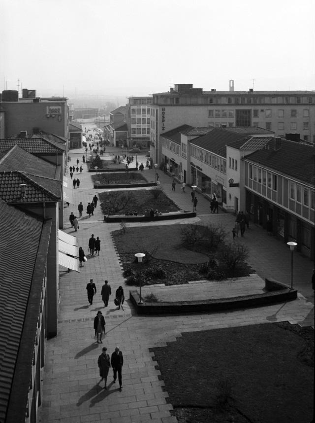 Kassel, Treppenstraße: Blick vom Hochhaus über den gesamten Straßenzug bis zum Friedrichsplatz und darüber hinaus (Bild: Günther Becker, 1950er Jahre)