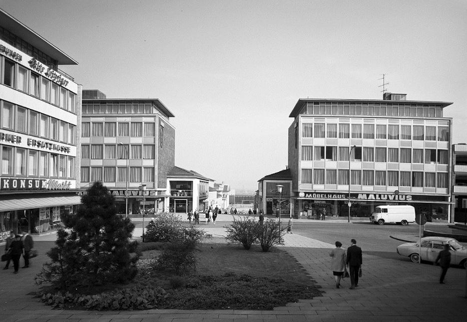 Kassel, Treppenstraße: Florentiner Platz in der Mitte der Treppenstraße mit den beiden, damals noch symmetrisch gestalteten Eckbauten (Bild: Günther Becker, 1950er Jahre)