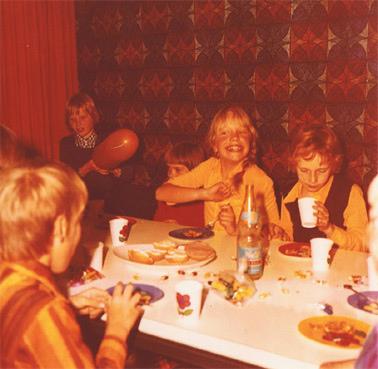 Kindergeburtstag in den 1970er Jahren (Bild: spree.perle, CC BY 2.0)