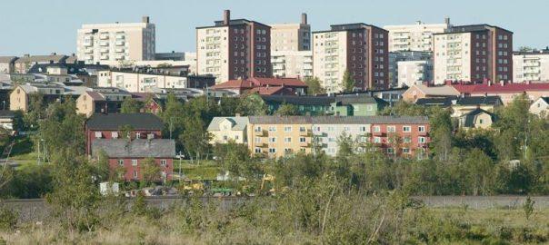Eine Stadt packt ihre Häuser und Bäume