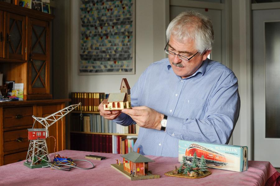 """Klaus Raschzok mit seinem ersten Modell, der """"Dorfkirche mit spitzem Turm und Storchennest"""" (Faller, B-236) (Foto: Andreas Beyer)"""