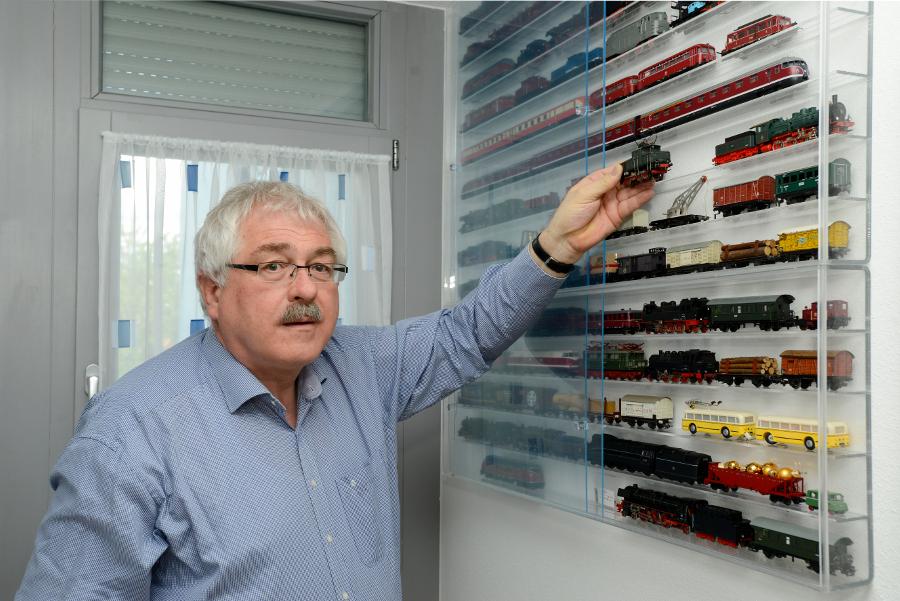 Klaus Raschzok vor einer seiner Modellbah-Vitrinen (Foto: Andreas Beyer)
