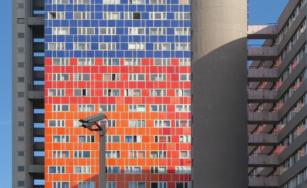 Die Nachbarn ständig im Blick, ohne sich für sie zu interessieren: Der Neufert-Bau überragt seine Umgebung um Längen (Bild: Uta Winterhager)