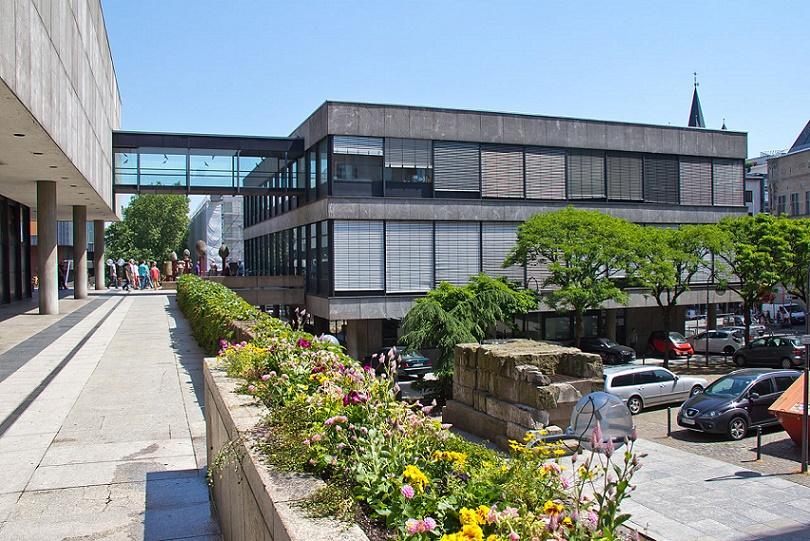 """Köln, Verwaltungsgebäude des Römisch-Germanischen Museums, Blick vom """"Am Hof"""" (Bild: © Raimond Spekking/via wikimedia commons)"""