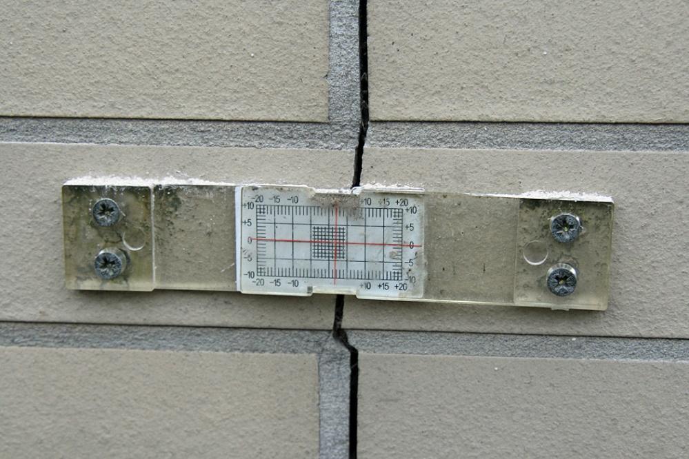 """Köln, Rissüberwachung an der Einsturzstelle """"Stadtarchiv"""", 2009 (Bild: Superbass, GFDL oder CC BY SA 3.0)"""