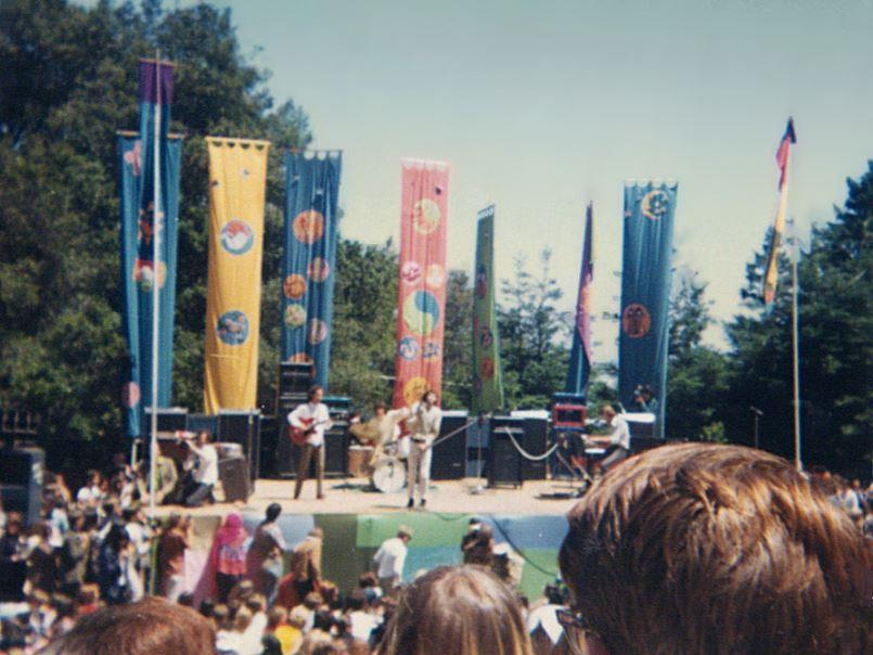 "Quietschbunte Aufbruchsstimmung im ""Summer of Love"": Auftritt von ""The Doors"" beim ""Fantasy Fair and Magic Mountain Music Festival"" auf Mount Tampalpais/Kalifornien im Juni 1967 (Bild: Radley Hirsch, via Wikimedia Commons)"
