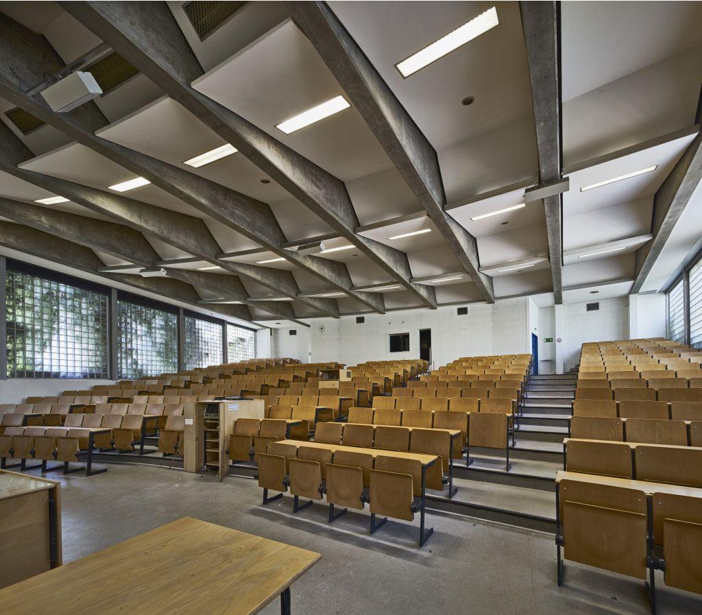 Schöner Studieren: Hörsaal der Biologie-Uni, Frankfurt (Bild: Norbert Miguletz/DAM)
