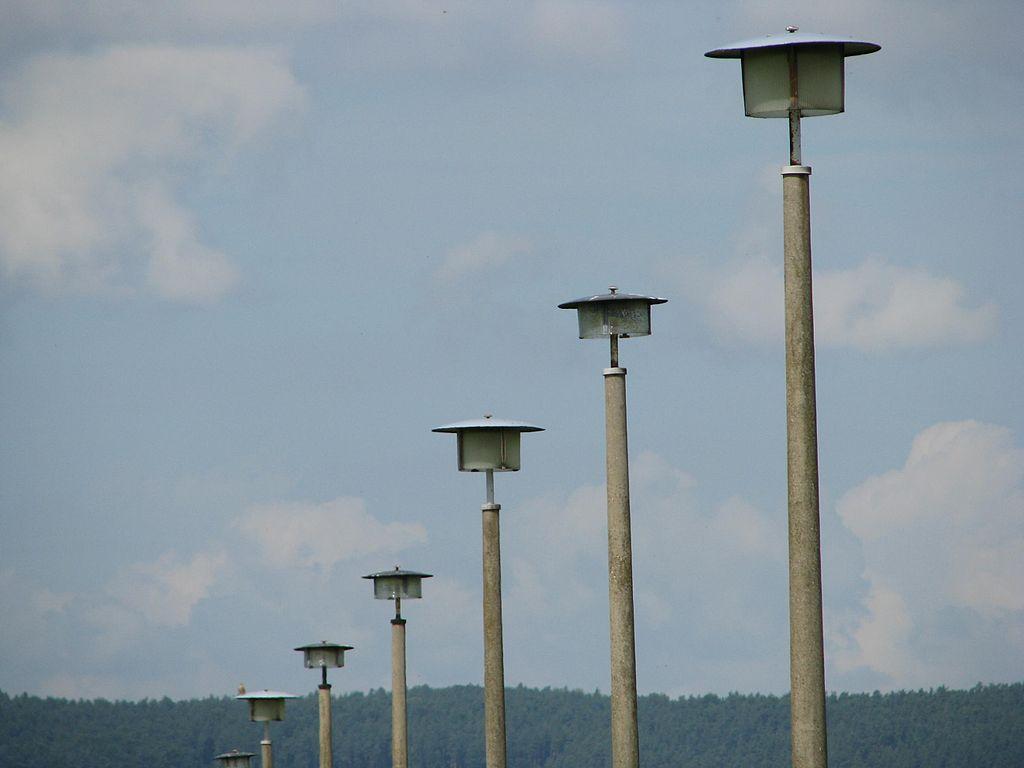 Laternen im Ost-Design bei Dippach/Werra (Bild: Michael Fiegle, CC BY SA 3.0, 2012)