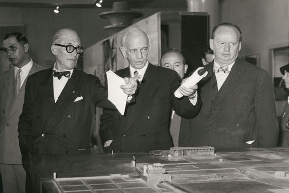 """Le Corbusier, Otto Bartning und Hans Scharoun (v. l. n. r.) während der Eröffnung der Ausstellung """"Le Corbusier - Architektur, Malerei, Plastik, Wandteppiche"""" am 7.9.1957 in Berlin (© Marie-Agnes Gräfin zu Dohna)"""