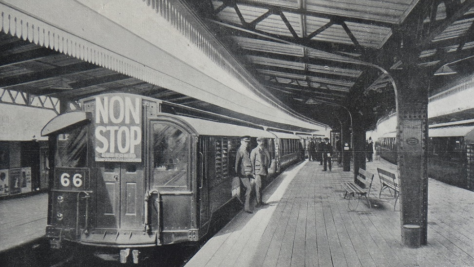 London, 1906 stock at Golders Green station, 1911 (Bild: British Transport Commission (Railway Magazine June 1954)