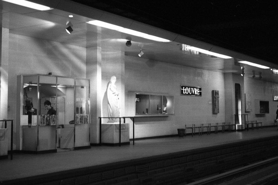 Schon 1970 war der Pariser Louvre über die Metro erschlossen – in den 1980er Jahren sollte der Ausbau des Museums auch unterirdisch erfolgen (Bild: Osbornb, CC BY 2.0)