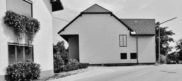 """Margherita Spiluttini, aus der Serie """"Eternit. Kulturgeschichte eines Baustoffes"""", 1984–92 (Copyright: Architekturzentrum Wien, Sammlung. Courtesy die Künstlerin und Christine König Galerie 2015)"""