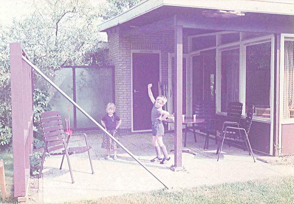 """Martin Bredenbeck nebst Schwester 1984/85: """"Der Bungalow steht in Oostkapelle, Halbinsel Walcheren, südliche Niederlande. Da waren wir regelmäßig im Urlaub. Es war eine ganze Siedlung aus solchen Bungalows, super für uns Kinder mit all den Hecken und Gärten dazwischen. Im Haus stand eine afrikanische Trommel, die wir zur Freude der Eltern und Nachbarn eifrig betätigt haben. Der Bungalow heißt bei uns bis heute 'Trommelhaus'."""" (Bild: privat)"""