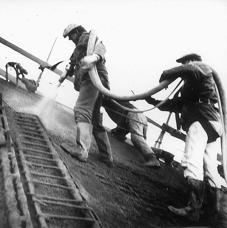 Mitarbeiter von Ulrich Müther beim Torkretieren (Bild: Müther-Archiv)