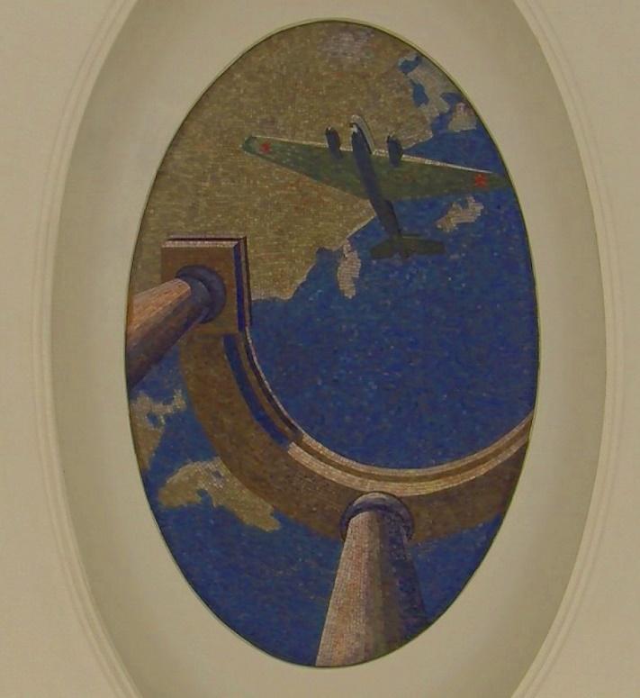 """Kunst zur Ehre der sowjetischen Piloten: ein Deckenmosaik in der Moskauer Metrostation """"Majakovskaja"""" (Bild: Julius Reinsberg)"""