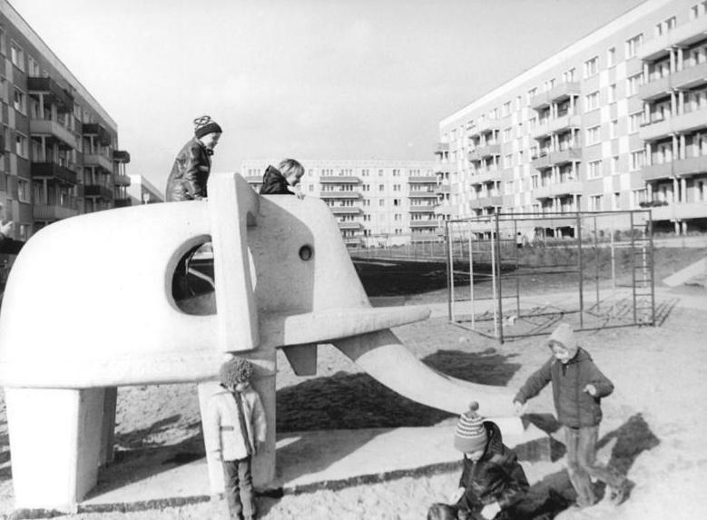 Neubrandenburg-Ost, Spielplatz, 1974 (Bild: Bundesarchiv Bild 183-N0606-0313, CC BY SA 3.0.de, Foto: Benno Bartocha)
