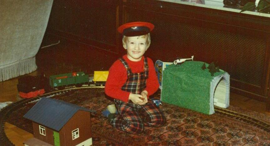 Oliver Elser im modischen Bahnbeamten-Outfit (Bild: privat)
