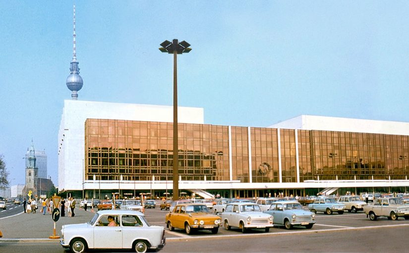 Titelmotiv: Berlin, Palast der Republik, um 1977 (Bild: Istvan Csuhai, via Wikimedia Commons, CC BY-SA 3.0)
