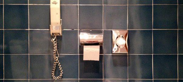 Parador de Aiguablava: Heute kein Luxus mehr, aber Original, das Telefon griffbereit an der Toilette (Foto: Uta Winterhager)
