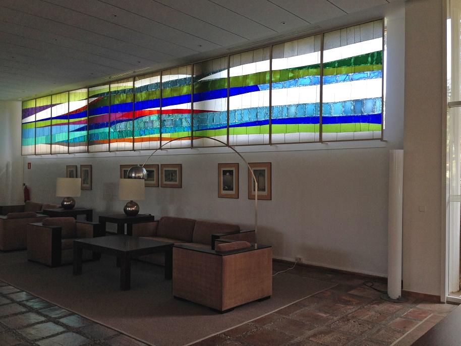 Parador de Aiguablava: Farbe und Licht, mehr Dekor braucht es im Lesesaal nicht – wohl aber passende Möblierung (Foto: Uta Winterhager)
