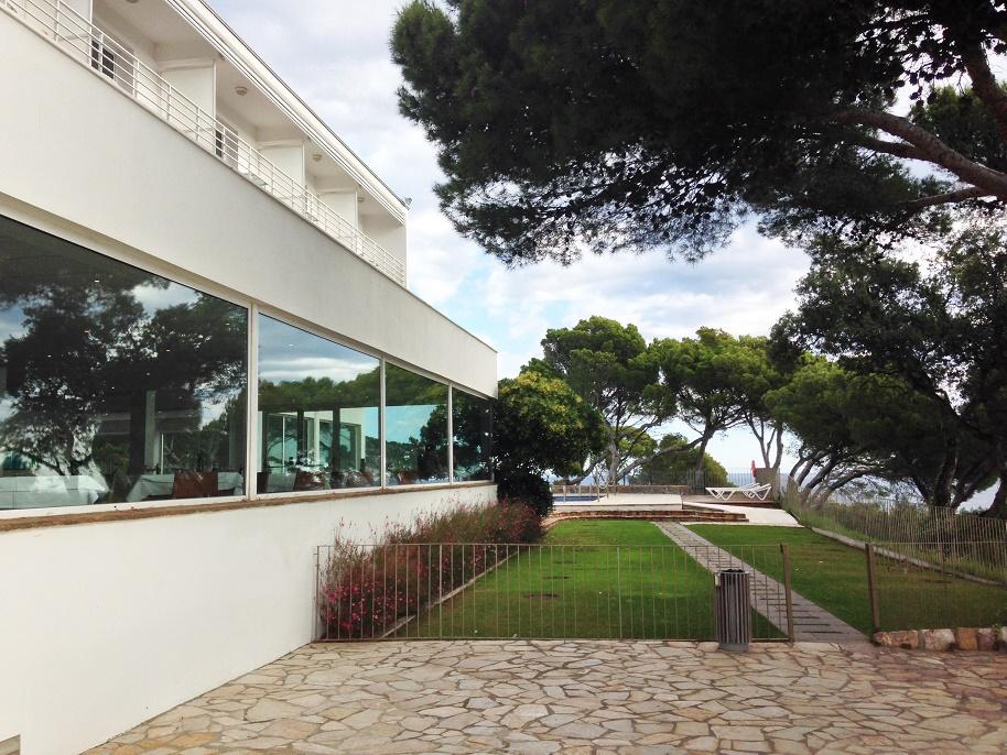 Parador de Aiguablava: Überall geht der Blick in die Ferne: aus dem Speisesaal unten, von den Balkonen oben und von der Terrasse rechts (Foto: Robert Winterhager)