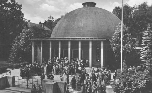 Jena, Zeiss-Planetarium, Eröffnung im Jahr 1926 (Foto: Karl Müller 1926, Bild: gemeinfrei, via wikimedia commons)