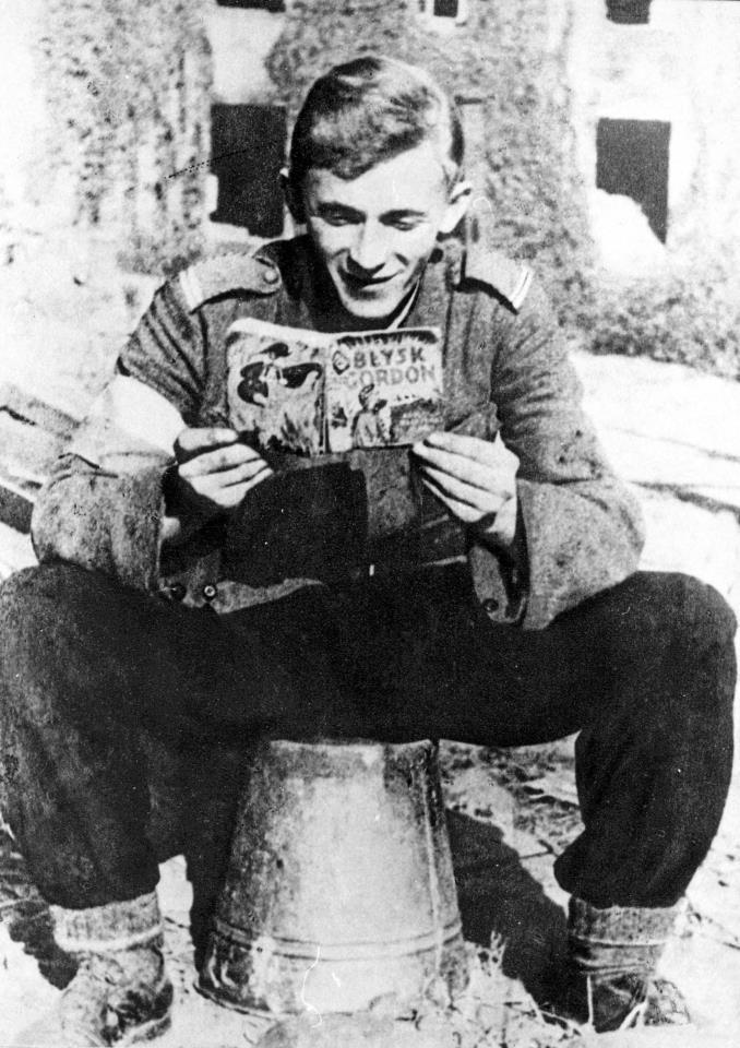 "Polnischer Soldat liest 1944 ""Blysk Gordon"" (Flash Gordon) (Bild: Tadeusz Bukowski)"