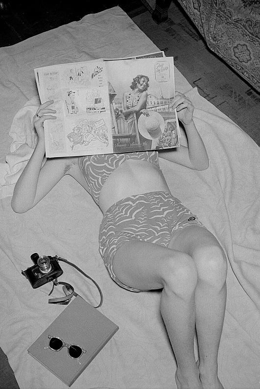 """""""Frau mit Zeitschrift"""" (Foto: Roger Rössing, 1951, Bild: Deutsche Fotothek, df roe neg 0006191 022, CC BY SA 3.0.de)"""