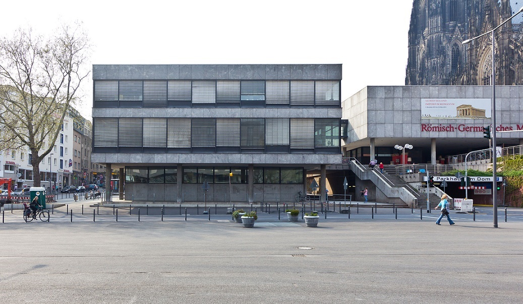 Köln, Verwaltungsgebäude des Römisch-Germanischen Museums, Blick von Osten (Bild: © Raimond Spekking/via wikimedia commons)