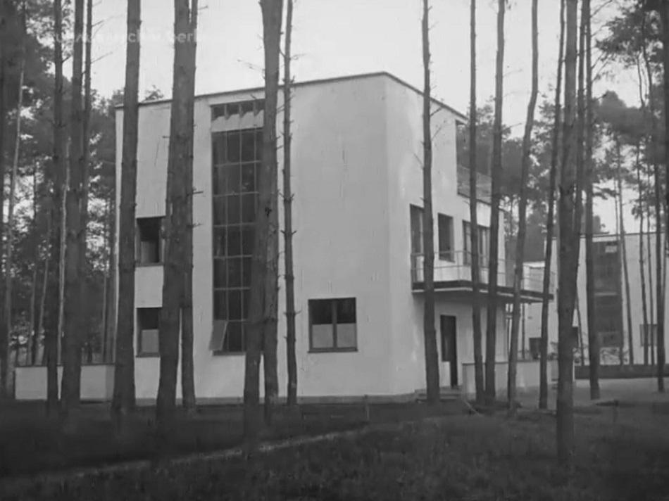 Außenansicht Meisterhaus, Bauhaus Dessau, Filmstill (Bild: Bauhaus-Archiv Berlin)