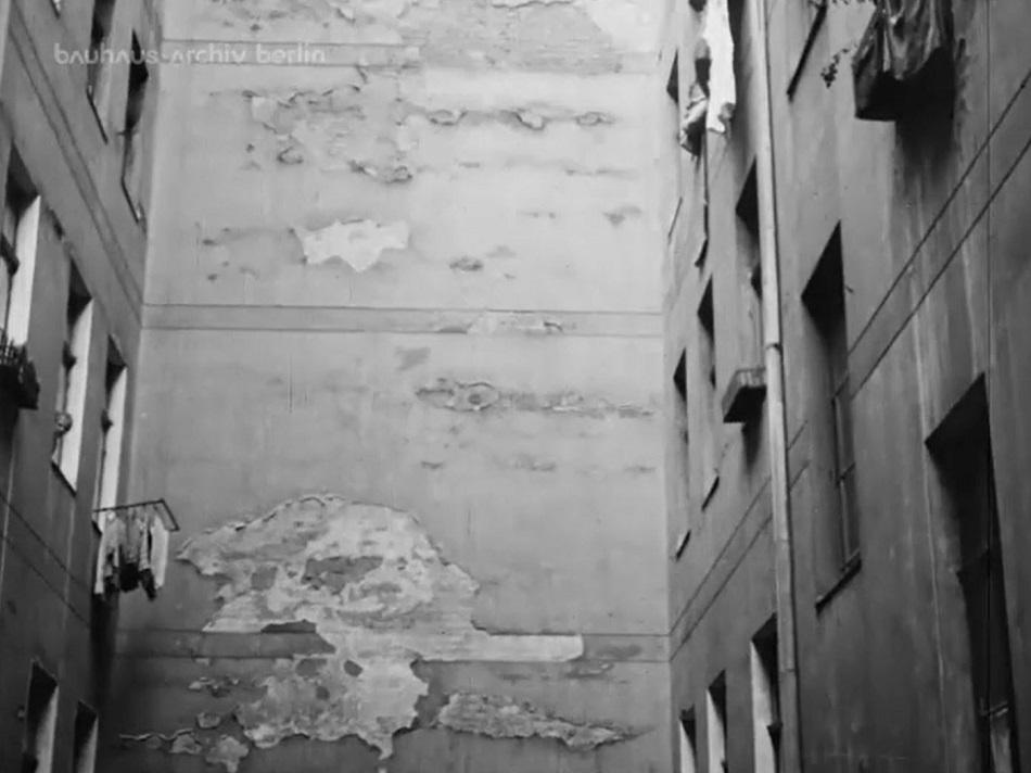 Trostlose Hausfassade eines Berliner Hinterhofs, Filmstill (Bild: Bauhaus-Archiv Berlin)