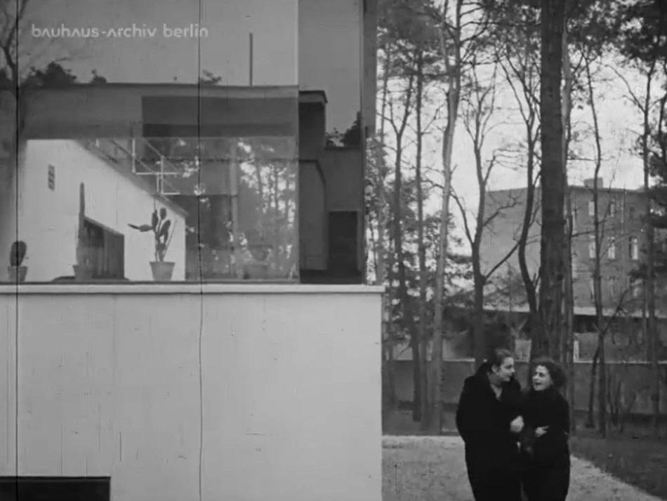 Die Veranda des Direktorenhauses, Bauhaus Dessau, Filmstill (Bild: Bauhaus-Archiv Berlin)