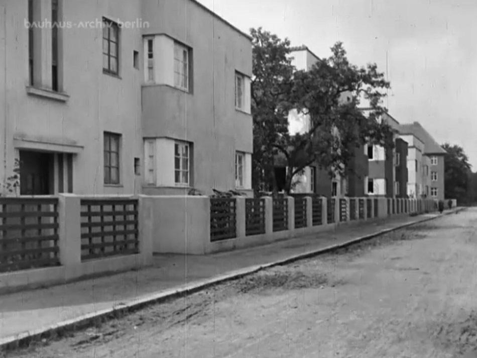 Straßenzug in der Siedlung Italienischer Garten (Otto Haesler), Celle, Filmstill (Bild: Bauhaus-Archiv Berlin)