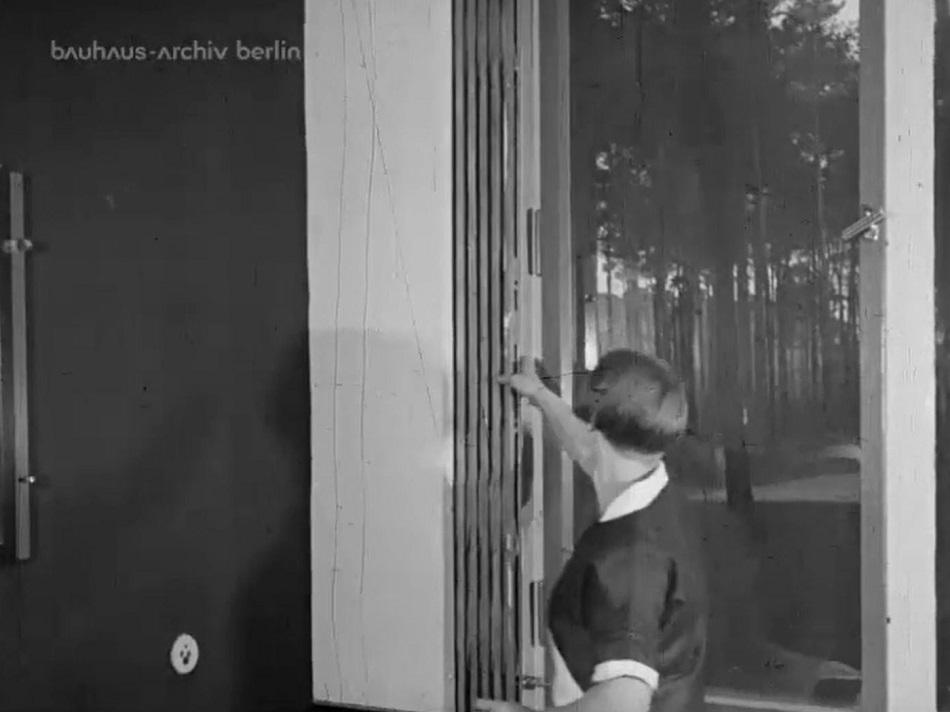 Blick aus dem Direktorenhaus in den Kiefernwald, Bauhaus Dessau, Filmstill (Bild: Bauhaus-Archiv Berlin)