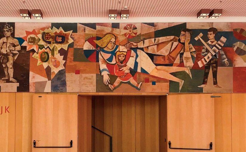 """Heinz Drache und Walter Rehn: Wandbild """"Unser sozialistisches Leben"""", Kulturpalast Dresden, Foyer im ersten Obergeschoss, Eingang zum Konzertsaal (Bildnachweis: Veranstalter/Veranstaltungsplakat der TUM-Vortragsreihe """"Resozialisierung"""")"""