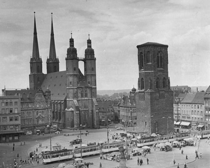 Halles Roter Turm - hier noch ohne Spitze (Bild: Bundesarchiv, Bild 183-G0916-0006-002 / CC-BY-SA 3.0)