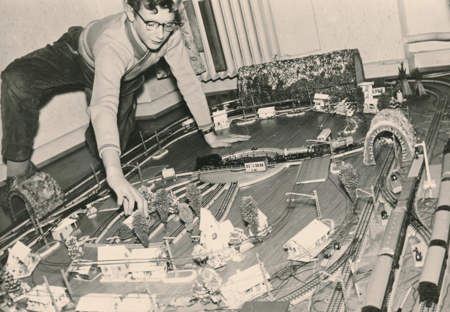 Rudolf Evert um 1958 mit seiner Modellbahn (Foto: privat)