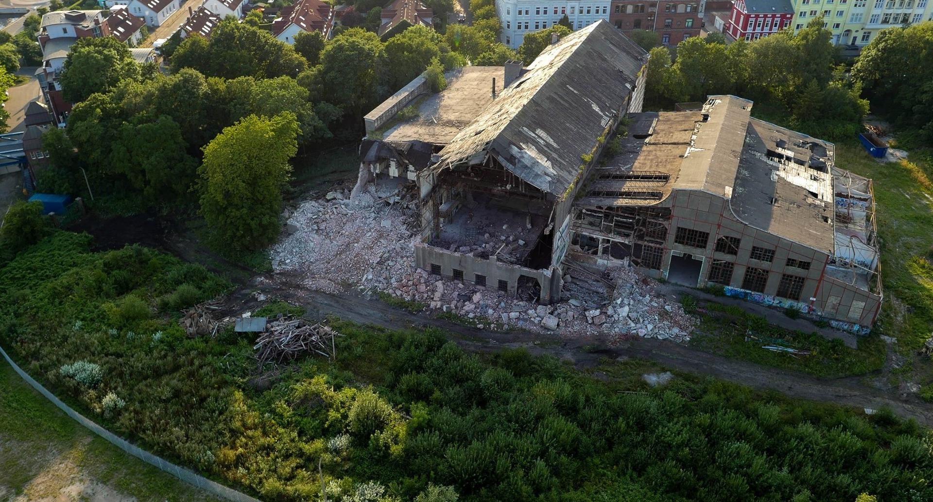 Ergebnis jahrzehntelangen gezielten Verfalls: Die denkmalgeschützte Südzentrale in Wilhelmshaven wird abgerissen (Bild: Oliver Graw)