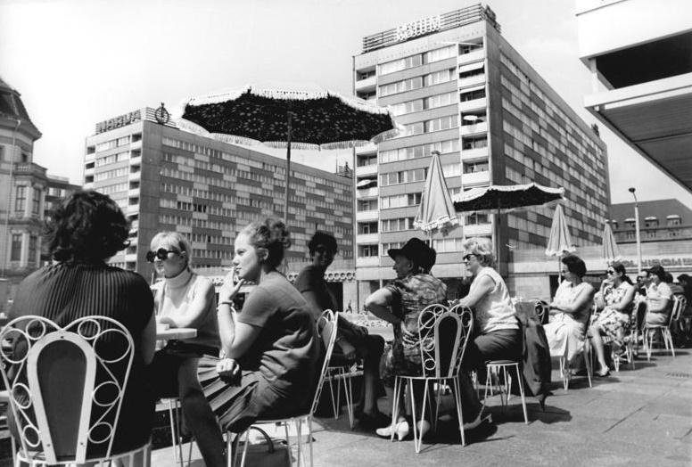 Die legendäre Mokka-Bar auf dem Sachsenplatz in Leipzig (Bild: Bundesarchiv Bild 183-J0610-0016-001, CC BY SA 3.0.de, Foto: Wolfgang Kluge)