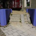 Auf dem gesamten Brühlboulevard sind Terrassenbuchten mit Sitzmöbeln zur Erhöhung der Aufenthaltsqualität im Fußgängerbereich errichtet worden. Die Anlagen sind vollkommen heruntergekommen (Bild: S. Necker)