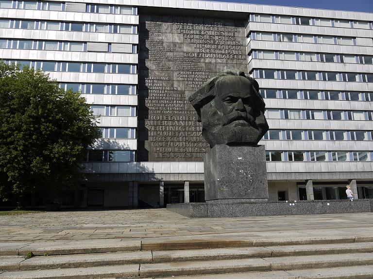 """Das Wahrzeichen von Karl-Marx-Stadt und dem heutigen Chemnitz: der """"Nüschel"""" vor dem ehem. SED-Bezirksgebäude im Stadtzentrum unweit des Brühls (Bild: S. Necker)"""