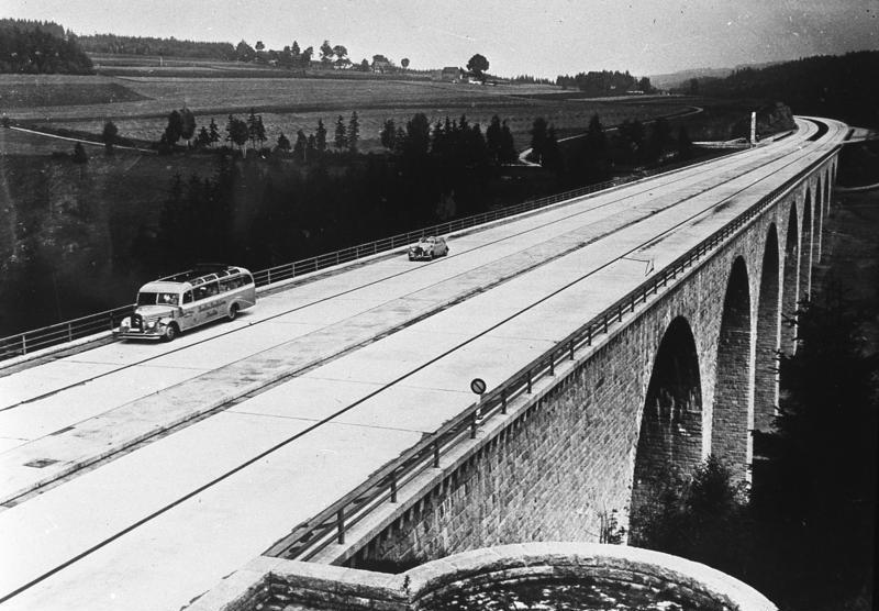 Saalebrücke bei Hirschberg, Ende der 1930er Jahre (Bild: Bundesarchiv Bild 146-1979-096-13A, CC BY SA 3.0)