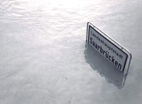 Saarbrücken, überflutete Stadtautobahn am 22. Dezember 1993 (Bild: Martin Thirolf, GFDL oder CC BY SA 3.0)