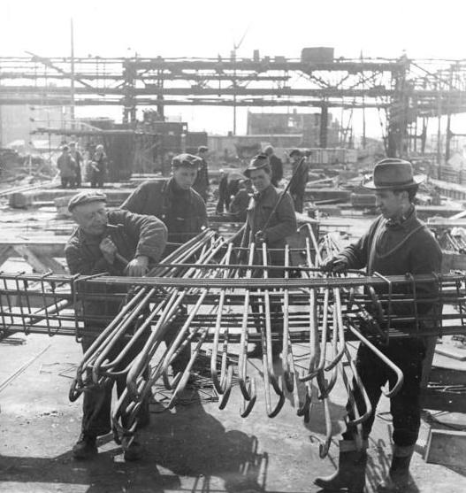 Schwarze Pumpe, Eisenflechterbrigade erreichte 10 Tage Planvorsprung, 1960 (Bild: Bundesarchiv Bild 183-72132-0001, Foto: Werner Großmann, CC BY SA 3.0.de)