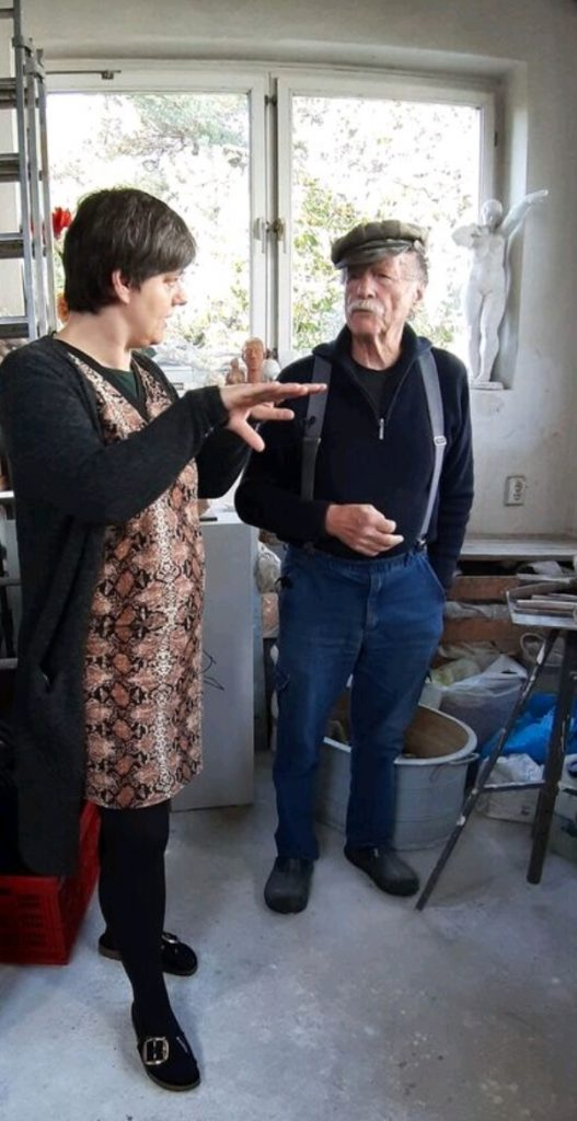 Der Bildhauer Ernst Jörke im Gespräch mit Karin Berkemann in seinem Atelier (Bild: Daniel Bartetzko, 2019)