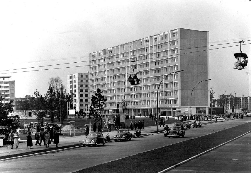"""Sessellift auf der Interbau; im Hintergrund Jaenecke/Samuelson (Schweden), 10-geschossiges Wohnhochhaus, 1957 (Bild: Ausstellung """"IBA meets IBA"""")"""