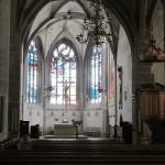Bad Sobernheim, Matthiaskirche, Blick zum Chorraum mit der Fenstergestaltung von Georg Meistermann (1965) und dem lebensgroßen Kruzifix von Willi Hahn (1966) (Bild: Karin Berkemann)