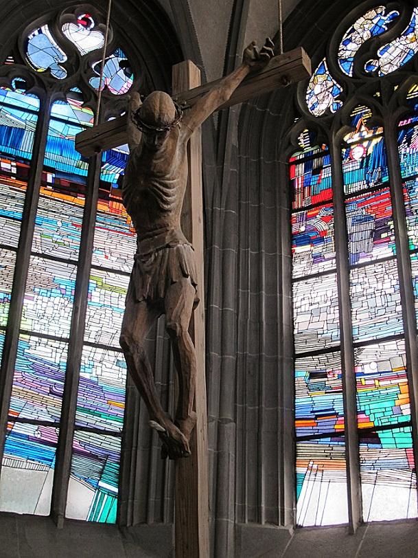 Bad Sobernheim, Matthiaskirche, Kruzifix (Willi Hahn, 1966) vor den Chorfenstern (Georg Meistermann, 1965) (Bild: Karin Berkemann)